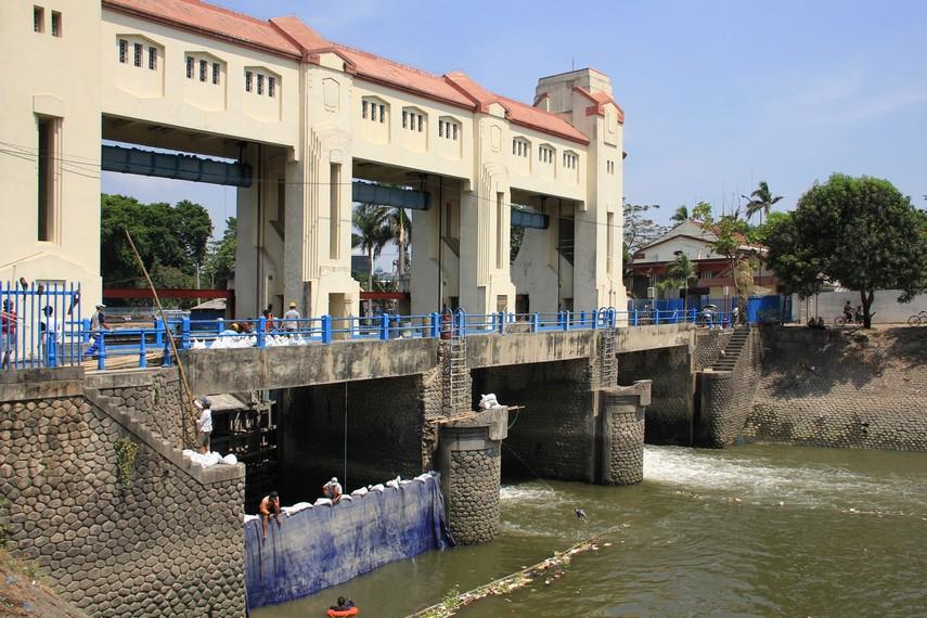 Bendungan Jagir menjadi bangunan artdeco peninggalan Belanda satu diantara banyak bangunan dengan arsitektur seni bergaya artdeco yang ada di Surabaya