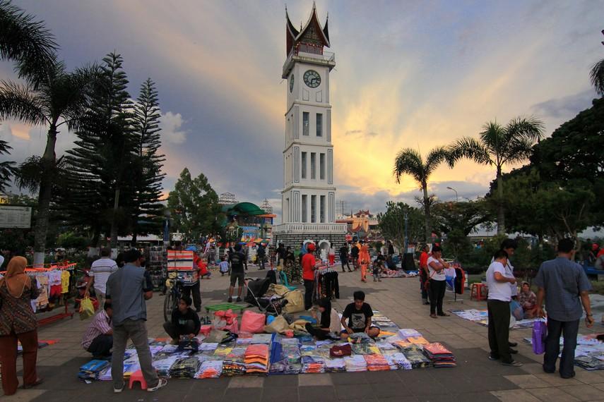 Jam Gadang yang saat ini telah menjadi simbol sekaligus penanda pusat Kota Bukittinggi