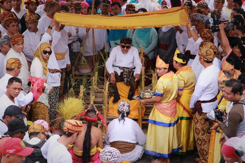 Pada prosesi begorok, Sultan duduk diatas balai, kemudian dewa dan belian melakukan tepong tawar kepada Sultan