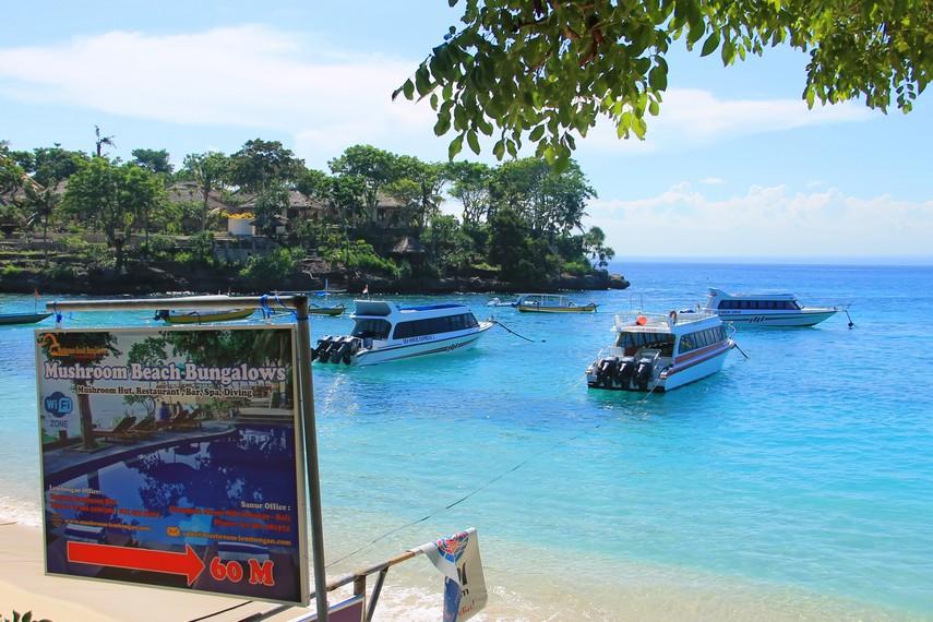 Meski memiliki fasilitas pariwisata yang relatif lengkap, Nusa Lembongan tidak disesaki lalu lintas dan pedagang asongan