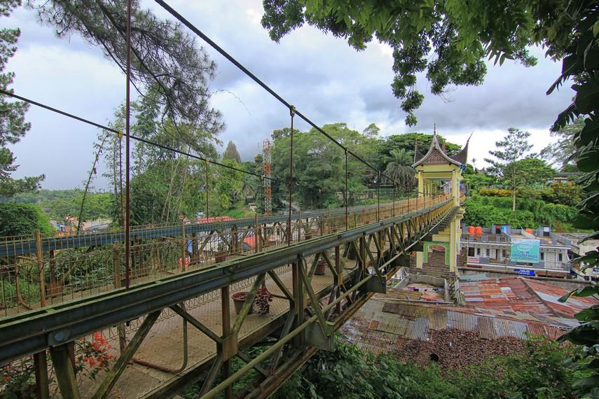Jembatan Limpapeh berdiri sepanjang 90 meter dengan lebar 3,8 meter menjuntai diatas daerah yang sering disebut Kampung Cino