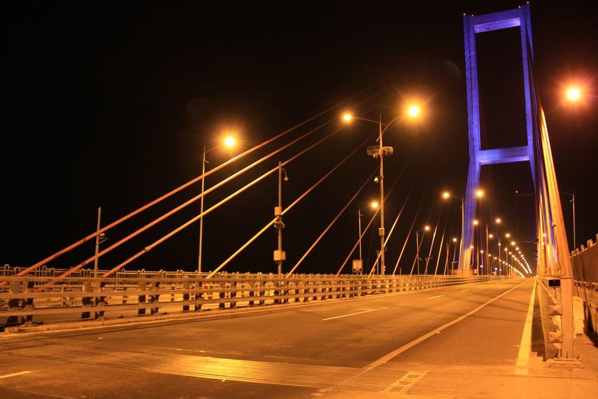 Jembatan Suramadu menghubungkan Pulau Jawa dengan Madura ini merupakan jembatan terpanjang yang pernah dimiliki Indonesia
