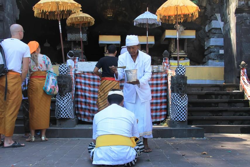 Gua Lawah berstatus Pura Kahyangan Padma Bhuwana yang menjadi pusat pemujaan terhadap Dewa Maheswara, penguasa arah tenggara