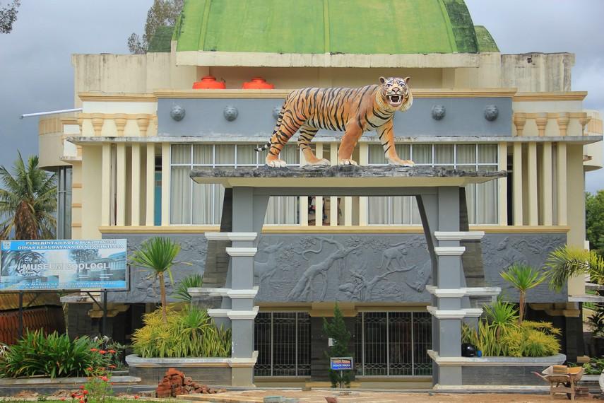 Taman Margasatwa dan Budaya Kinantan merupakan salah satu kebun binatang tertua yang ada di Indonesia