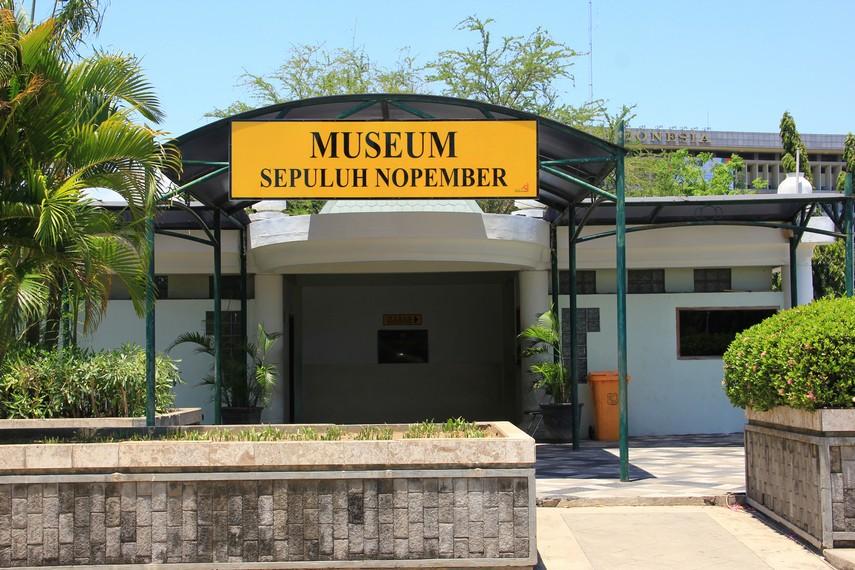 Museum 10 Nopember berlokasi tepat di jantung Kota Surabaya, tepatnya berada di tiga jalan utama Surabaya, yaitu Jalan Pahlawan, Tembakan, dan Jalan Bubutan