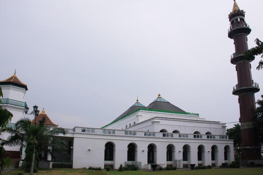 Masjid Agung Palembang terletak di Jalan Jenderal Soedirman, Kota Palembang