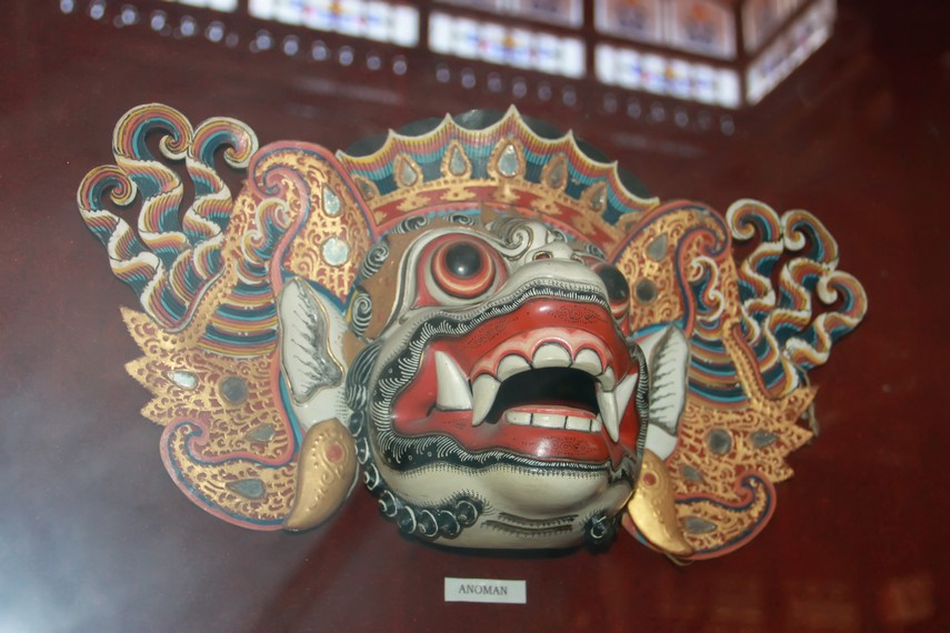 Topeng Bali umumnya berbahan kayu, dari jenis kenanga atau <i></noscript><img class=