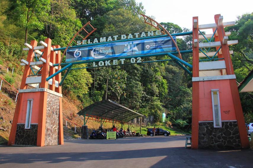 Curug Kakek Bodo masuk dalam wilayah Tretes, Kelurahan Pecalukan, Kecamatan Prigen, Pasuruan, Jawa Timur