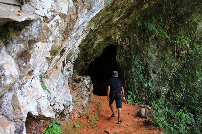 Gua Kaneng berada di suatu dusun terpencil bernama Sawiran, Desa Dawansengon, Pasuruan, Jawa Timur