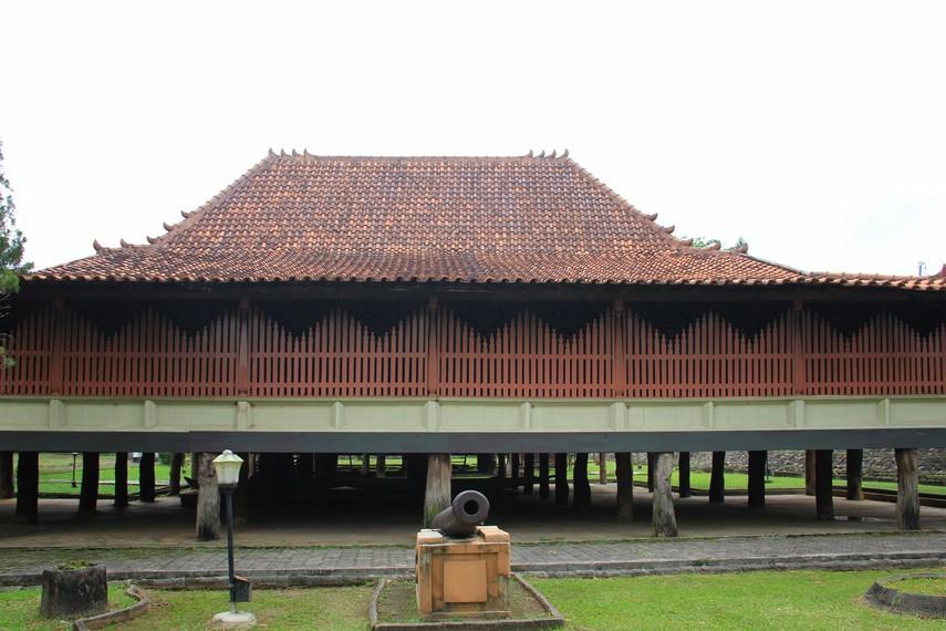 Rumah Limas merupakan rumah tradisional Palembang yang seluruh bagiannya terbuat dari kayu