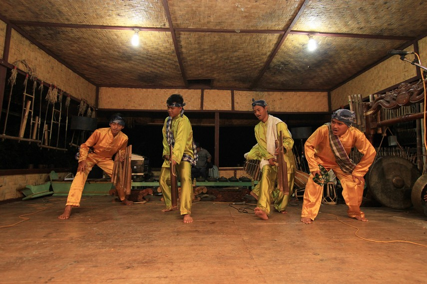 Calung Jinjing sebagai kesenian tradisonal kerap dipentaskan dalam berbagai hajat, salah satunya pada Seren Taun