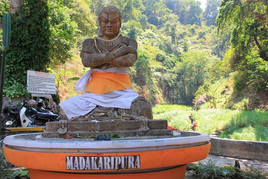 Curug Madakaripura berada di sebuah desa terpencil yang ada di Lereng Gunung Bromo. Desa tersebut bernama Desa Tlogorejo, Probolinggo