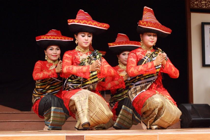 Tarian ini merupakan salah satu tarian khas suku Batak Karo
