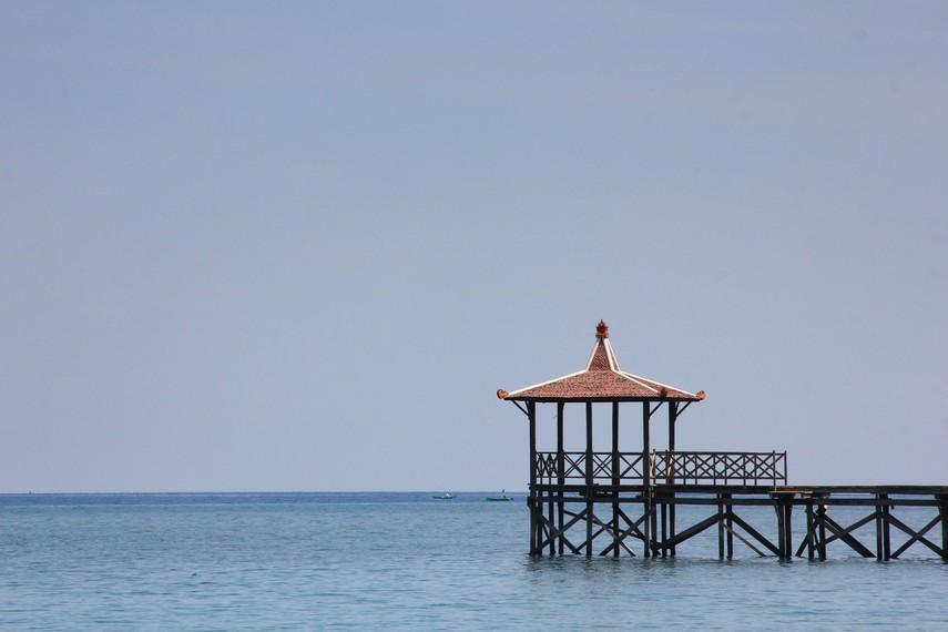 Pantai Pasir Putih terletak di bagian utara Pulau Jawa, atau berada di Selat Madura