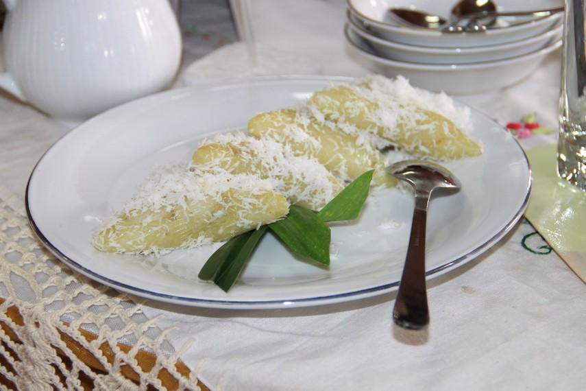 Kue lupis terbuat dari bahan utama beras ketan yang dibuat tanpa bahan pengawet