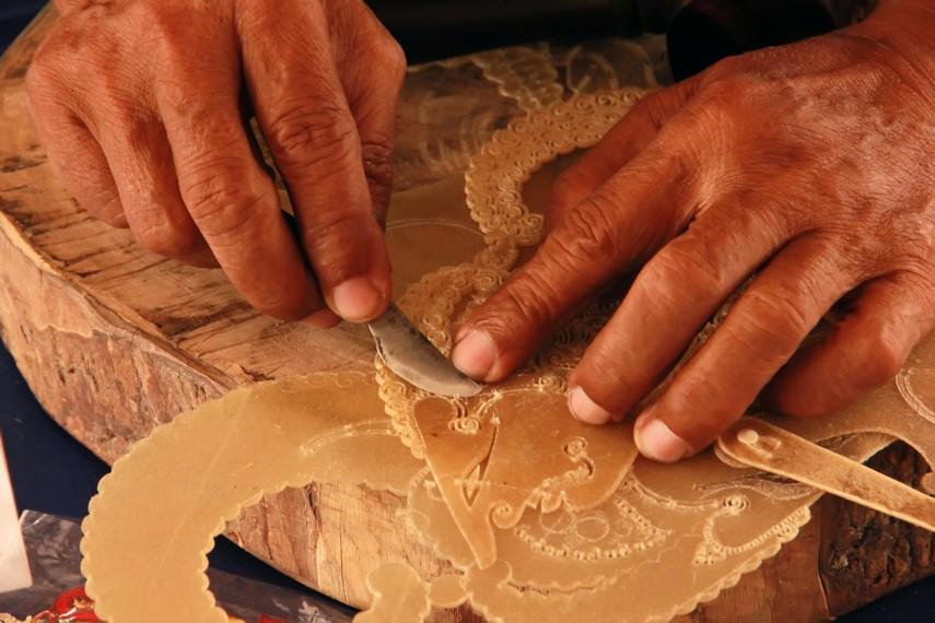 Setelah pola terbentuk pada kulit, tahapan selanjutnya adalah mengukir atau menatah