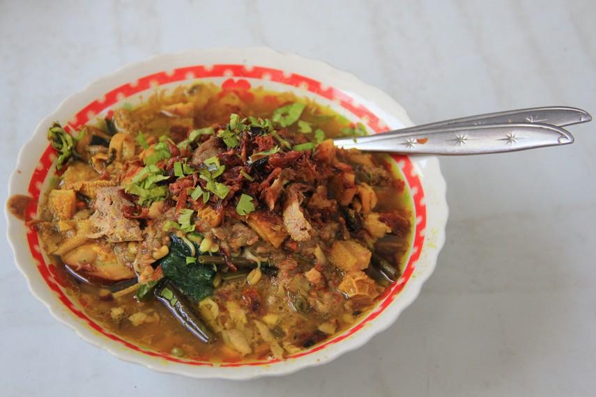 Rujak soto merupakan kuliner perpaduan antara rujak dan soto. Rujak dibuat dari bahan dasar berupa sayur mayur dan beberapa buah-buahan lokal