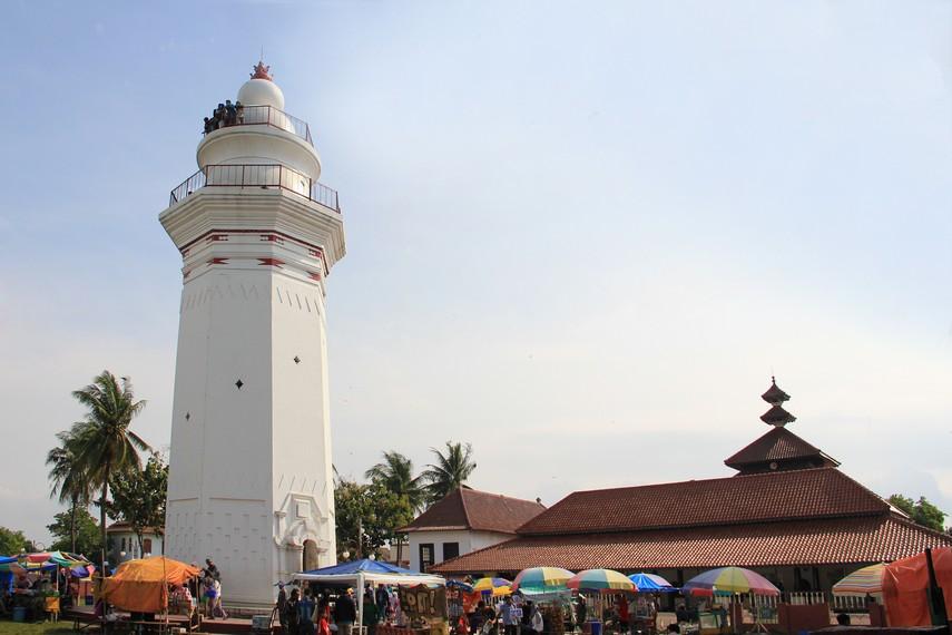 Masjid Agung Banten terletak di Kecamatan Kasemen, daerah Banten Lama atau tepatnya 10 km arah utara dari Kota Serang