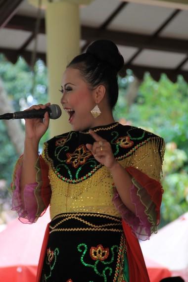 Pertunjukan kesenian Jipeng juga dilengkapi dengan nyanyian lagu Betawi dan Sunda