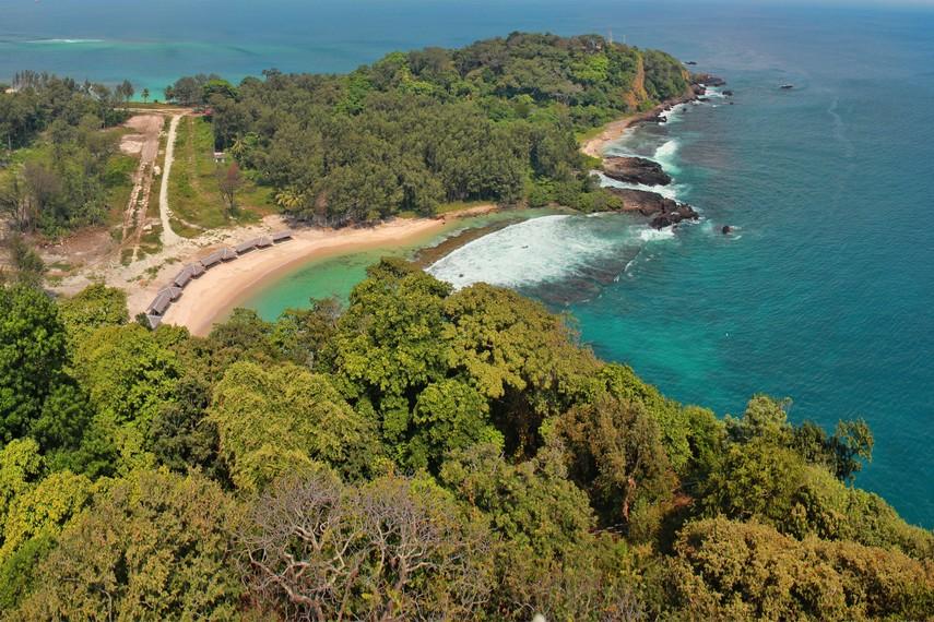 Pulau Sangiang terletak di Selat Sunda dan diapit oleh Pulau Sumatra dan Jawa