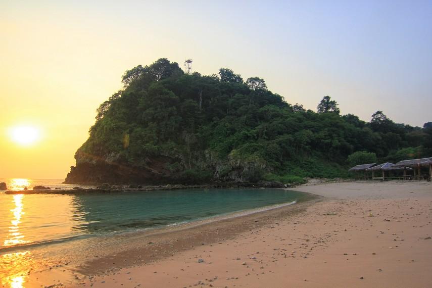 Pantai Batu Mandi boleh dibilang sebagai primadonanya pantai di Kawasan Banten