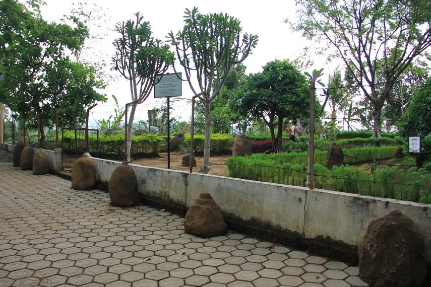 Situs Duplang berada di Desa Kamal, Kecamatan Arjasa, sebuah desa terpencil di lereng Gunung Argapura, Jember