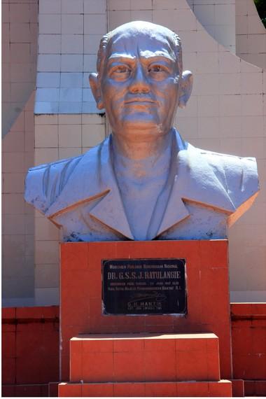 Sam Ratulangi yang bernama lengkap Gerungan Saul Samuel Jacob Ratulangi merupakan salah satu tokoh pergerakan kemerdekaan Indonesia