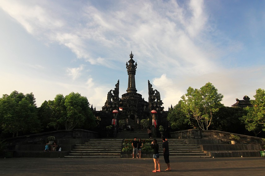 Nama Bajra Sandhi berasal dari bentuk monumen yang terlihat seperti lonceng (bajra) dari kejauhan