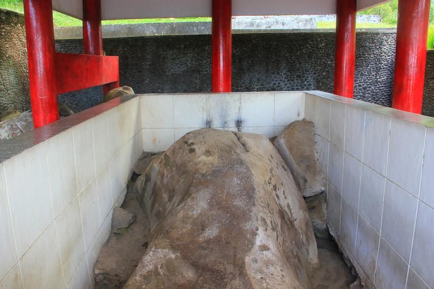 Nama Watu Pinawetengan berasal dari bahasa Minahasa, Watu artinya batu, sedangkan Pinawetengan bisa dimaknakan dengan tempat pembagian