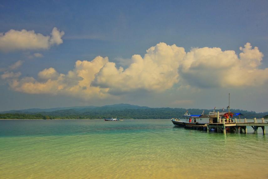 Pantai di Pulau Peucang terkenal putih bersih dan juga memiliki pasir yang lembut