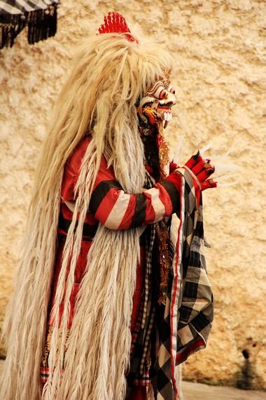 Rangda ditampilkan sebagai sosok wanita berambut kusut, mata membelalak, lidah menjulur, bertaring besar, berkuku panjang