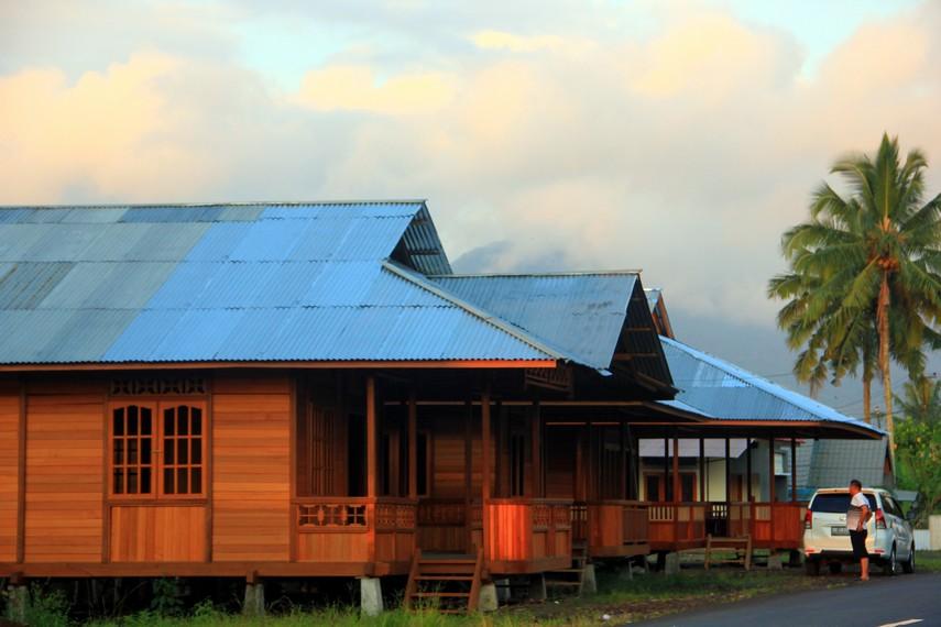 Desa Woloan, desa di Kecamatan Tomohon Barat, Sulawesi Utara, yang sebagain besar penduduknya berprofesi sebagai pembuat rumah adat Minahasa