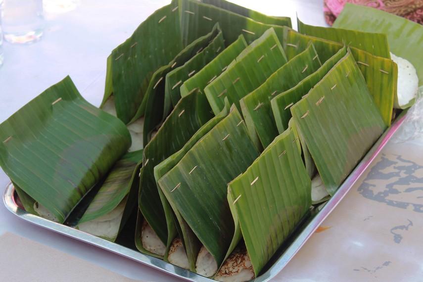 Serabai dikemas dalam bungkusan daun pisang yang dilipat