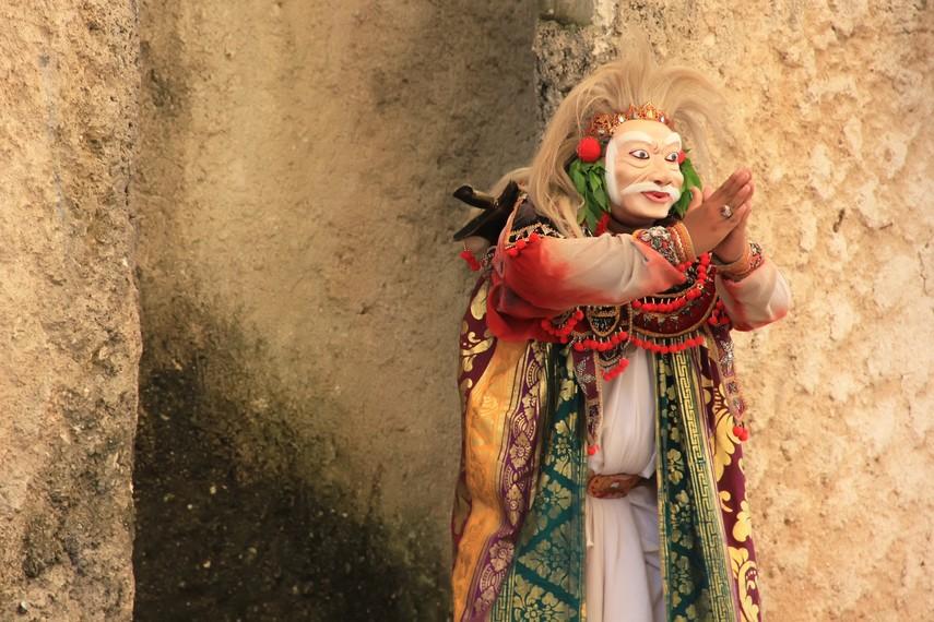 Tari topeng tua memiliki sebutan lain yaitu tari werdha lumaku