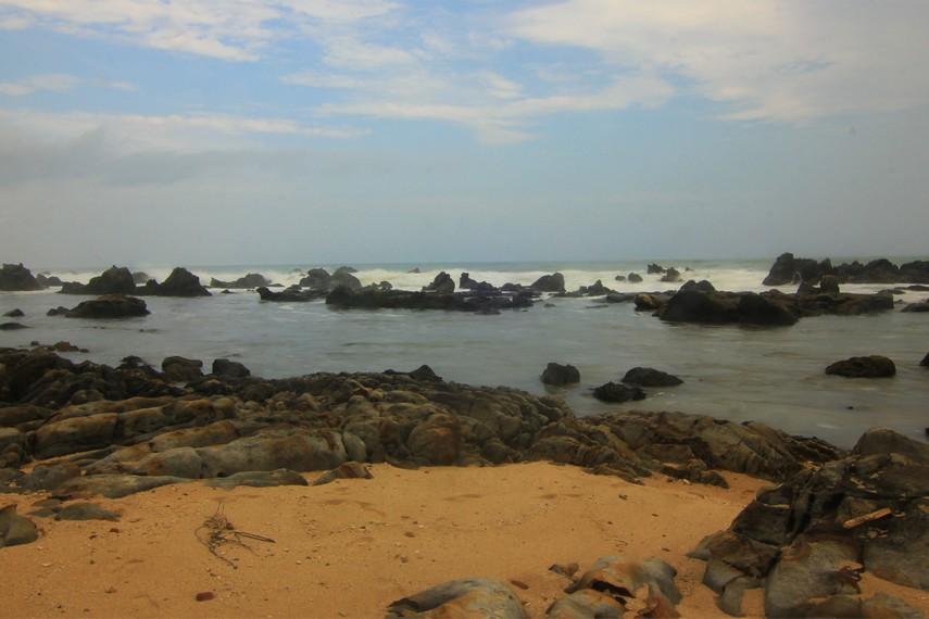 Pantai Karang Songsong  berlokasi di kawasan Lebak, Banten