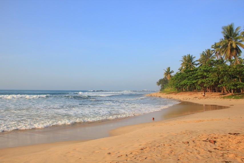 Pantai Legon Pari terletak di Desa Sawarna, Kabupaten Lebak, Banten