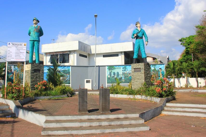 Patung Wolter Monginsidi dan Piere Tendean terletak di Kota Manado, Sulawesi Utara, tepatnya di Jalan Wolter Monginsidi
