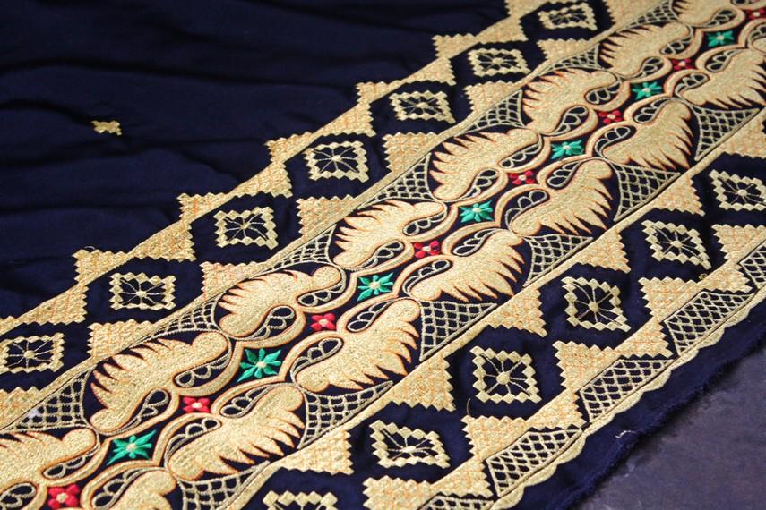 Kain tapis merupakan kain tradisional Lampung yang terbuat dari benang emas atau perak