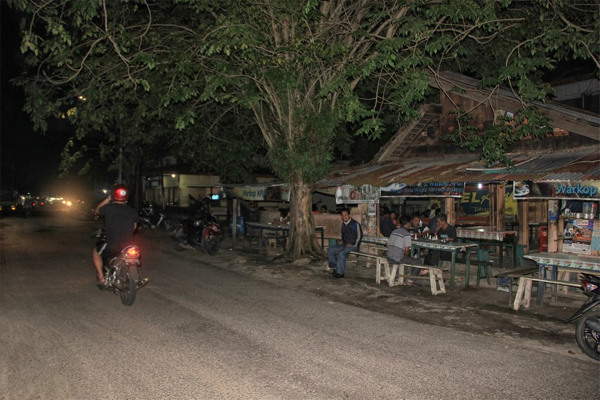 Kawasan Jalan Jendral Sudirman salah satu tempat di Manggar yang ramai dikunjungi warga untuk menikmati secangkir kopi