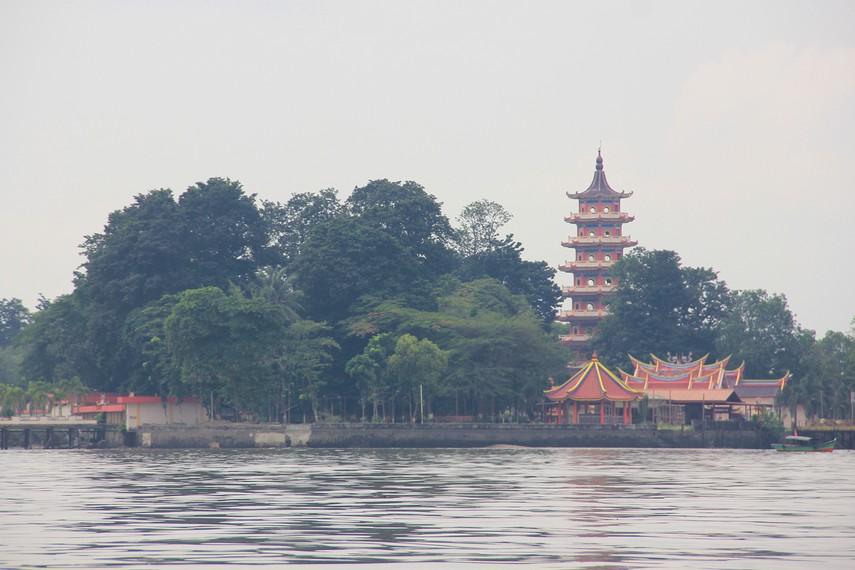 Keberadaan Pulau Kemaro tidak lepas dari legenda terbuangnya harta Tan Bun An di perairan Sungai Musi