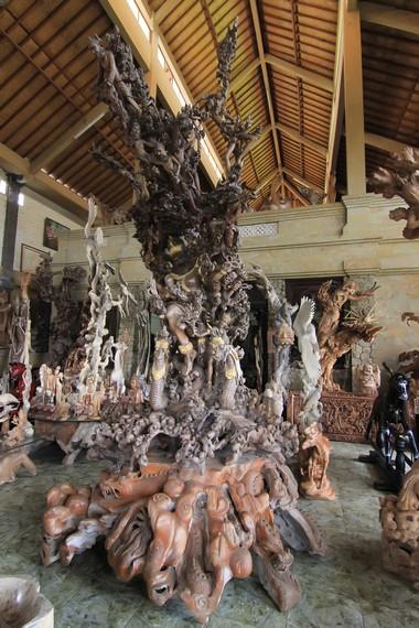 Kerajinan kayu tradisional Gianyar telah dikenal hingga mancanegara karena kualitas bahan yang tinggi dan rancangan yang kas