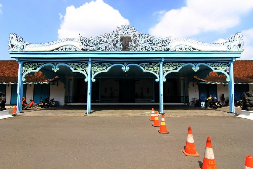 Keraton Surakarta Hadiningrat dibangun pada 1743 dan diresmikan pada 17 Februari 1745. Keraton ini pengganti keraton lama yang hancur akibat kerusuhan
