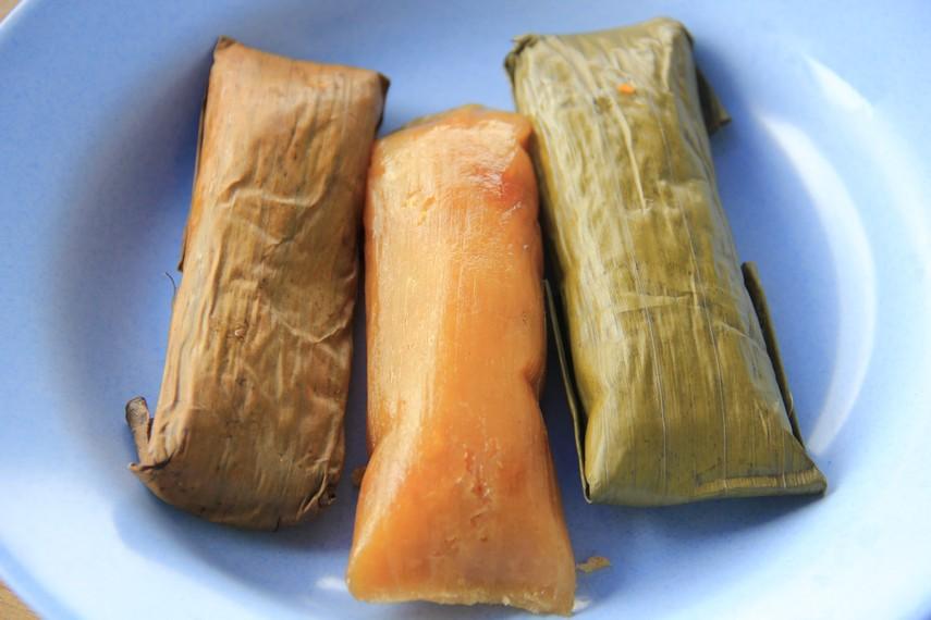 Ketimus terbuat dari parutan singkong, gula merah dan dicampur dengan tepung terigu