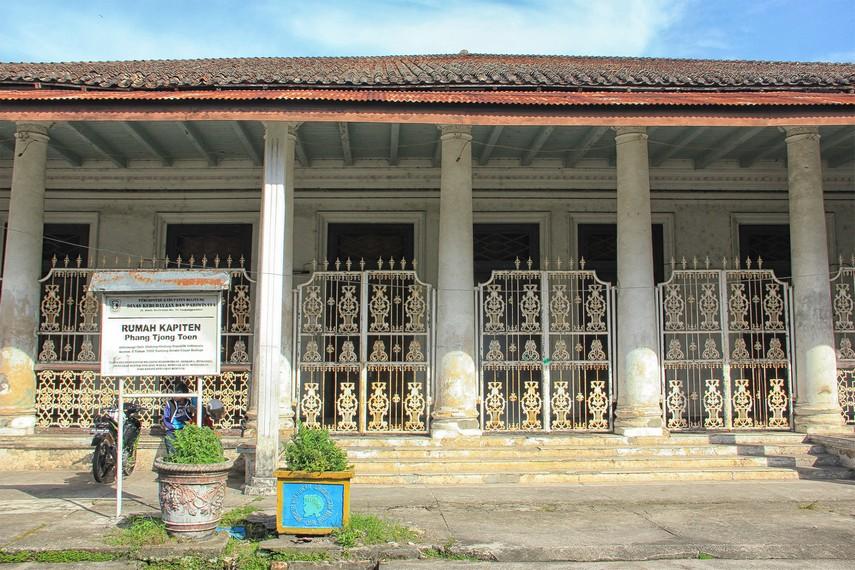 Kondisi rumah yang sudah tampak tua dimakan usia dan tinggal menyisakan masa-masa kejayaan di masa kolonial dahulu