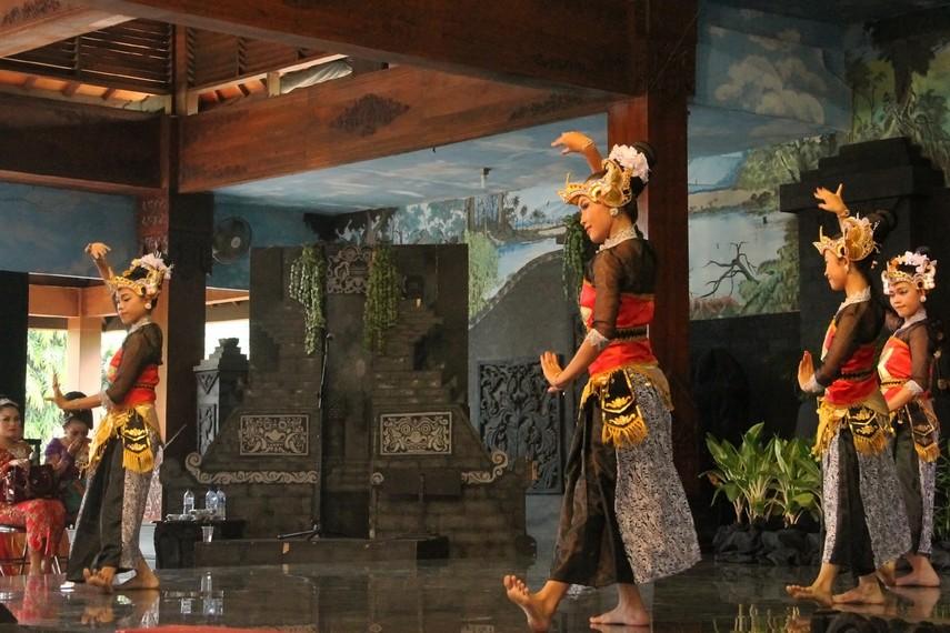 Konon tari batik pace terinspirasi dari pendiri Kota Pacitan yang dalam perjuangannya suka minum sari buah pace (mengkudu)