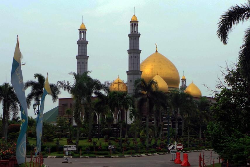 Masjid Kubah Emas berdiri kokoh di kawasan Meruyung, Depok