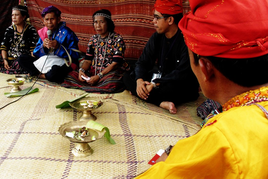 Masyarakat Desa Toro sejak dulu sudah menggantungkan hidupnya pada dua nilai moral, yaitu <i></noscript><img class=