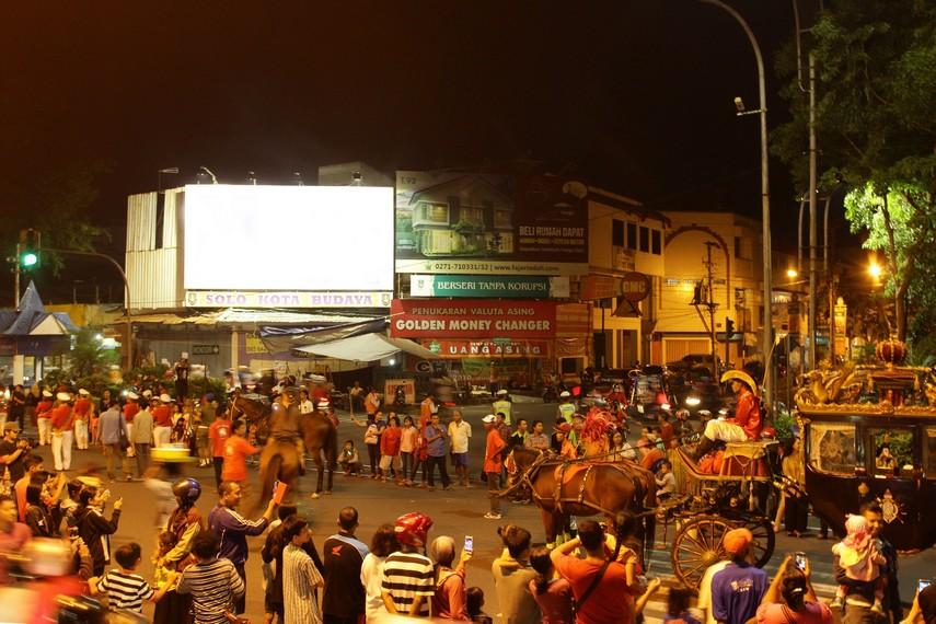 Masyarakat Solo nampak sudah memadati arena di depan Ngarsopuro untuk menyaksikan jalannya pagelaran