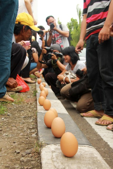 Mendirikan telur menjadi salah satu tradisi saat perayaan pehcun di komunitas Boen Tek Bio, Sungai Cisadane