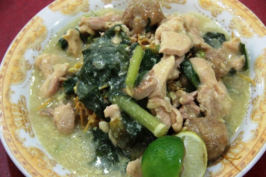 Mie titi merupakan salah satu kuliner legendaris dari Makassar